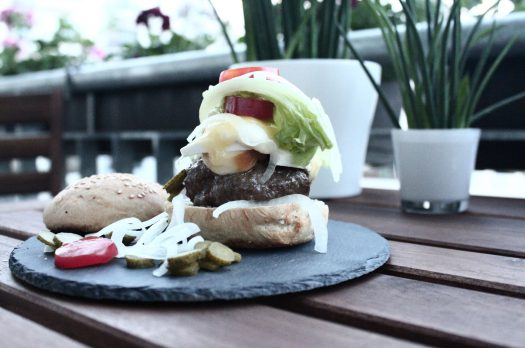 Grilltipp: Burger mit selbstgemachten Burgerbrötchen